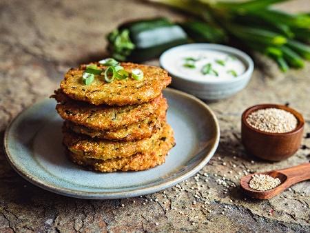 Пържени вегетариански кюфтета с киноа, булгур, извара, яйца и магданоз, овкусени с къри сос и магданоз - снимка на рецептата